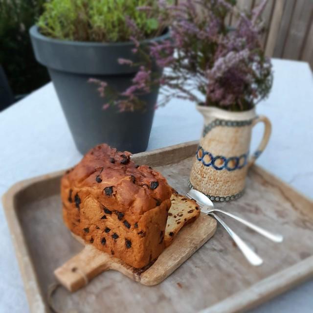 Zelfgebakken krentenbrood op houten plank