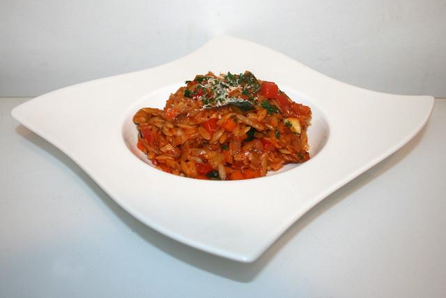 40 - Italian turkey veg orzo - Side view / Italienische Kritharaki-Gemüse-Pfanne mit Putenstreifen - Seitenansicht