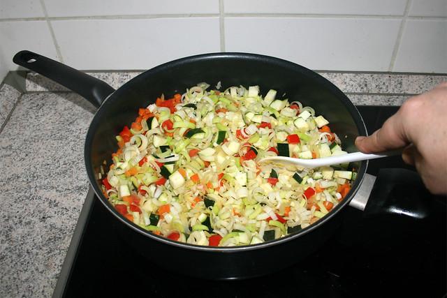 23 - Continue braising vegetables / Gemüse weiter andünsten