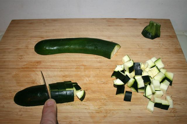 03 - Dice zucchini / Zucchini würfeln