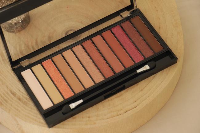 une-palette-fards-a-paupieres-12-idees-maquillages-yeux-bleus-fetes-consseils-modes-beautes-blo-la-rochelle-2
