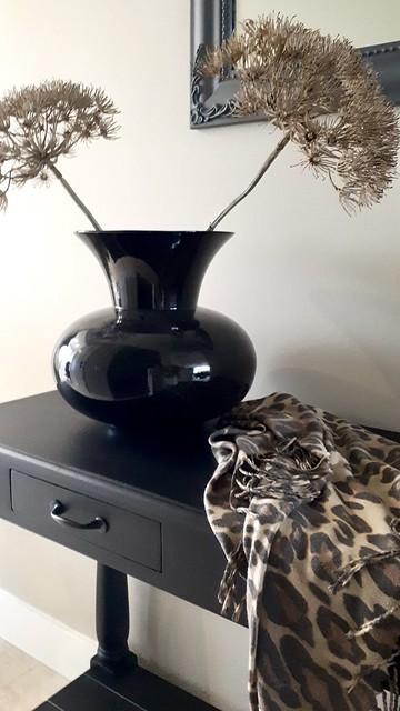 Zwarte vaas met berenklauw zwarte sidetable tijgerprint sjaal