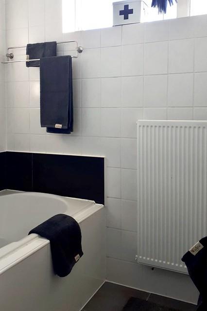 Badkamer met zwarte accenten