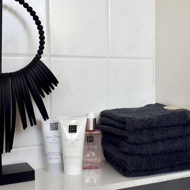 Zwarte handdoeken Rituals producten ornament op voet