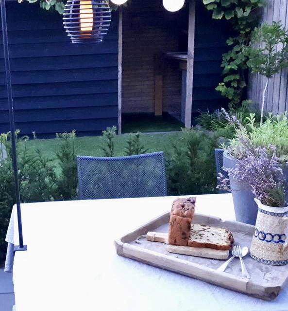 Houten dienblad kruik bloempot tuintafel