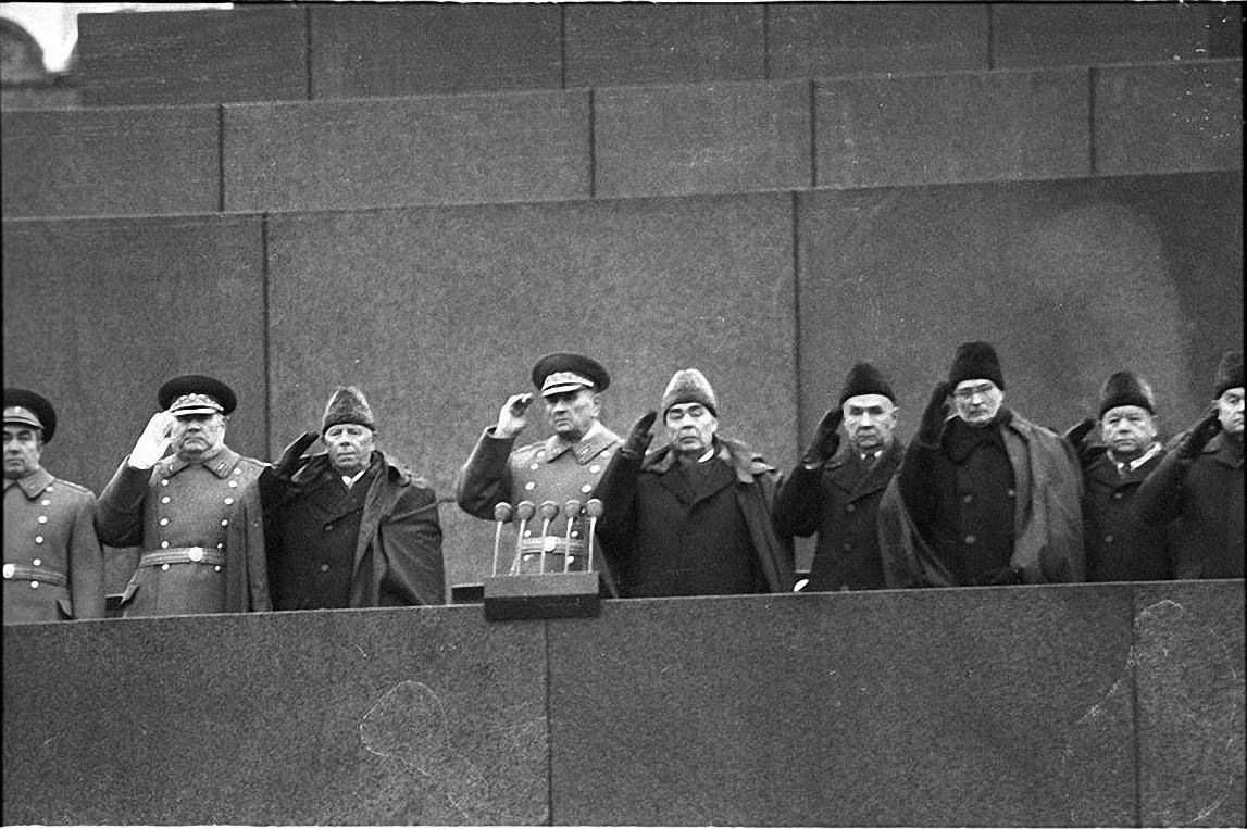 1971. Идет Академия. Красная площадь. Руководство на Мавзолее 7 ноября