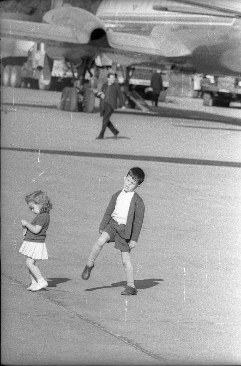 1970-е. Дети на аэродроме
