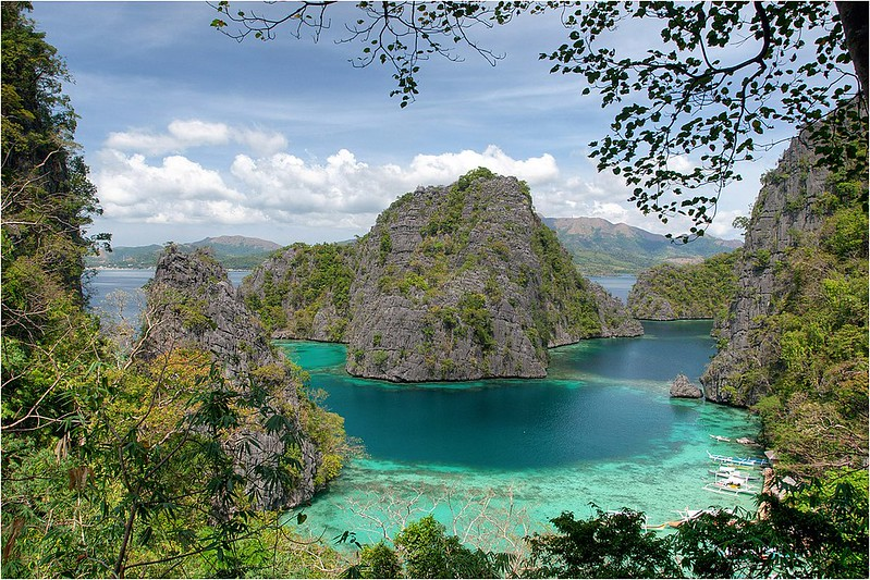 1200px-View_on_the_half_way_to_Kayangan_Lake_-_panoramio
