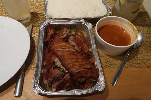 Ped Rad Nam Prik Tua (= halbe geröstete Ente mit Broccoli und Erdnussauce zu Reis)
