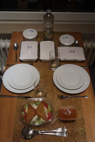 """Abendessen mit beim thailändischen Restaurant """"Sawadee"""" bestellten und abgeholten Gerichten"""