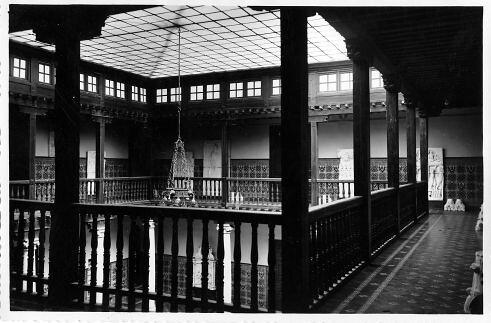 Patio del segundo edificio de la Escuela de Artes, construido en 1925 aprovechando parte del convento de Santa Ana. Fondo Rodríguez, Archivo Histórico Provincial de Toledo, JCCM, signatura POSITIVOSROTULO-264
