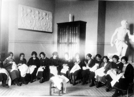 Alumnas de clase de costura en la Escuela de Artes a comienzos del siglo XX. Fondo Rodríguez, Archivo Histórico Provincial de Toledo, JCCM, signatura Album4-1580