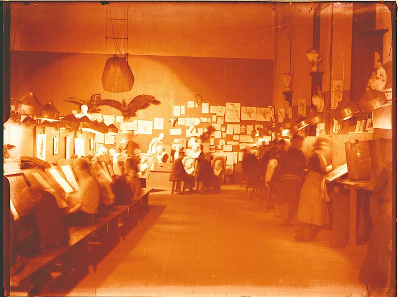 Clase de la Escuela de Artes a comienzos del siglo XX, foto de Pedro Román Martínez. Fondo Rodríguez, Archivo Histórico Provincial de Toledo, JCCM, signatura R-138-3-07