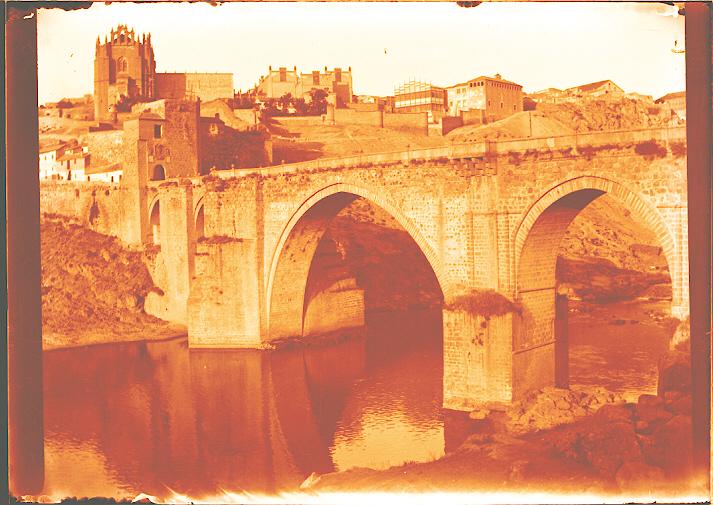 Puente de San Martín en los años 20, se ve el edificio provisional de la Escuela de Artes. Foto de Pedro Román Martínez. Fondo Rodríguez, Archivo Histórico Provincial de Toledo, JCCM, signatura R-148-4-01
