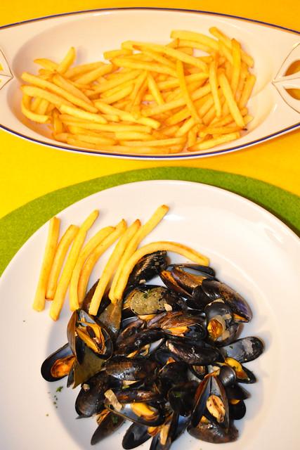 November 2020 ... Muscheln auf Matrosenart mit Pommes frites = Moules marinières frites ... Brigitte Stolle