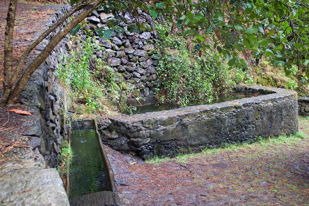Dornajo y fuente de agua en la ruta de la castaña