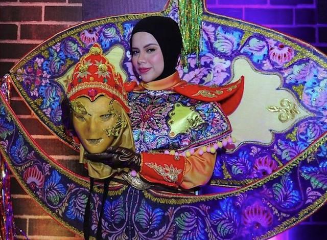 Alyah di sebalik costume Wau.