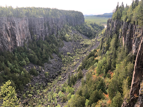 Ouimet Canyon PP - looking south