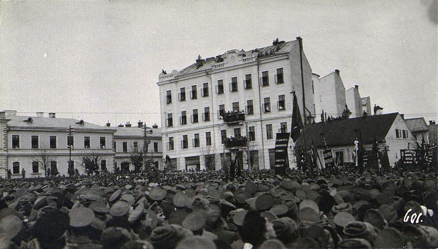 14. Март. Черновицы. Солдаты на митинге.