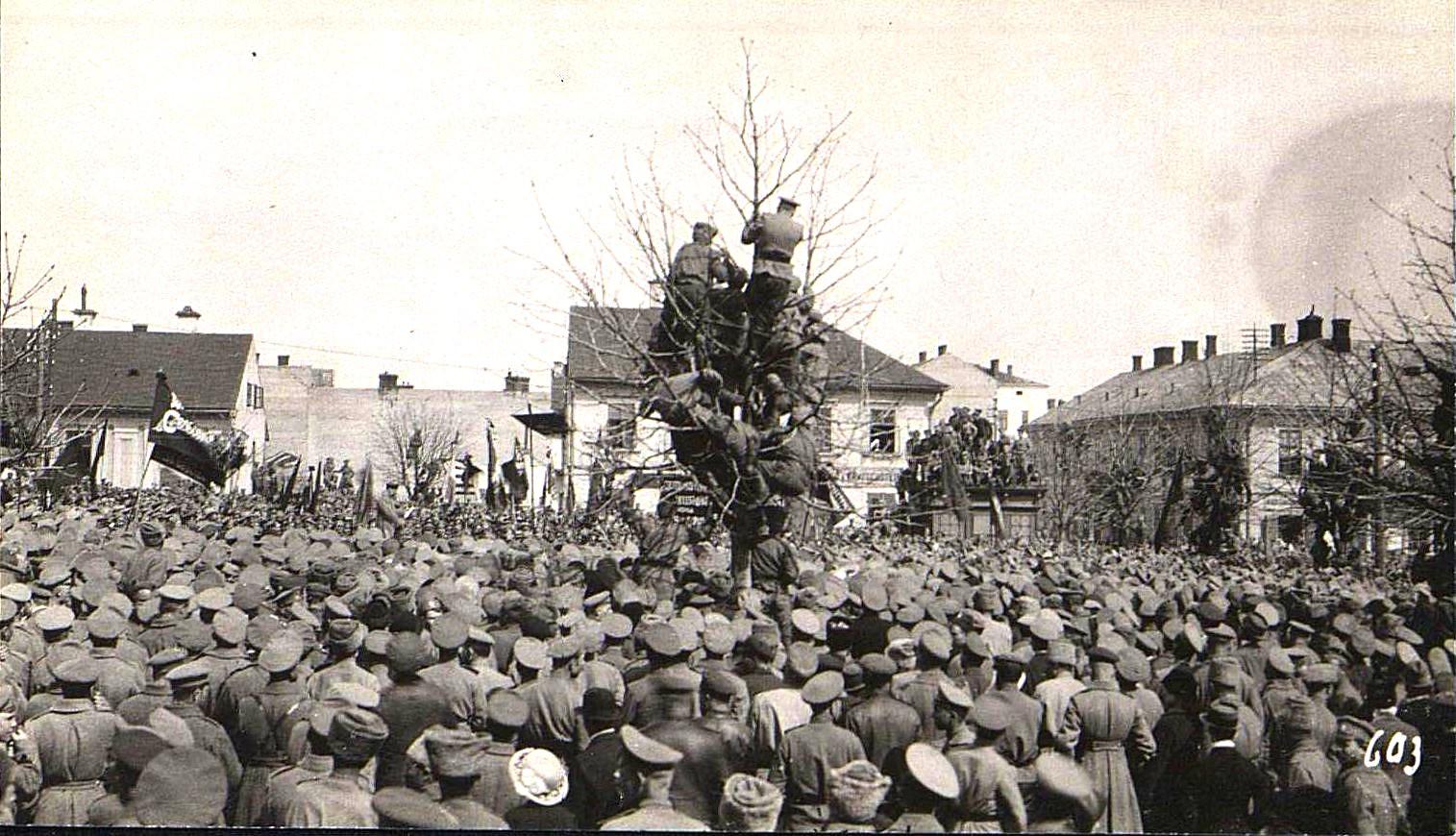 13. Март. Черновицы. Солдаты на митинге.  (1)