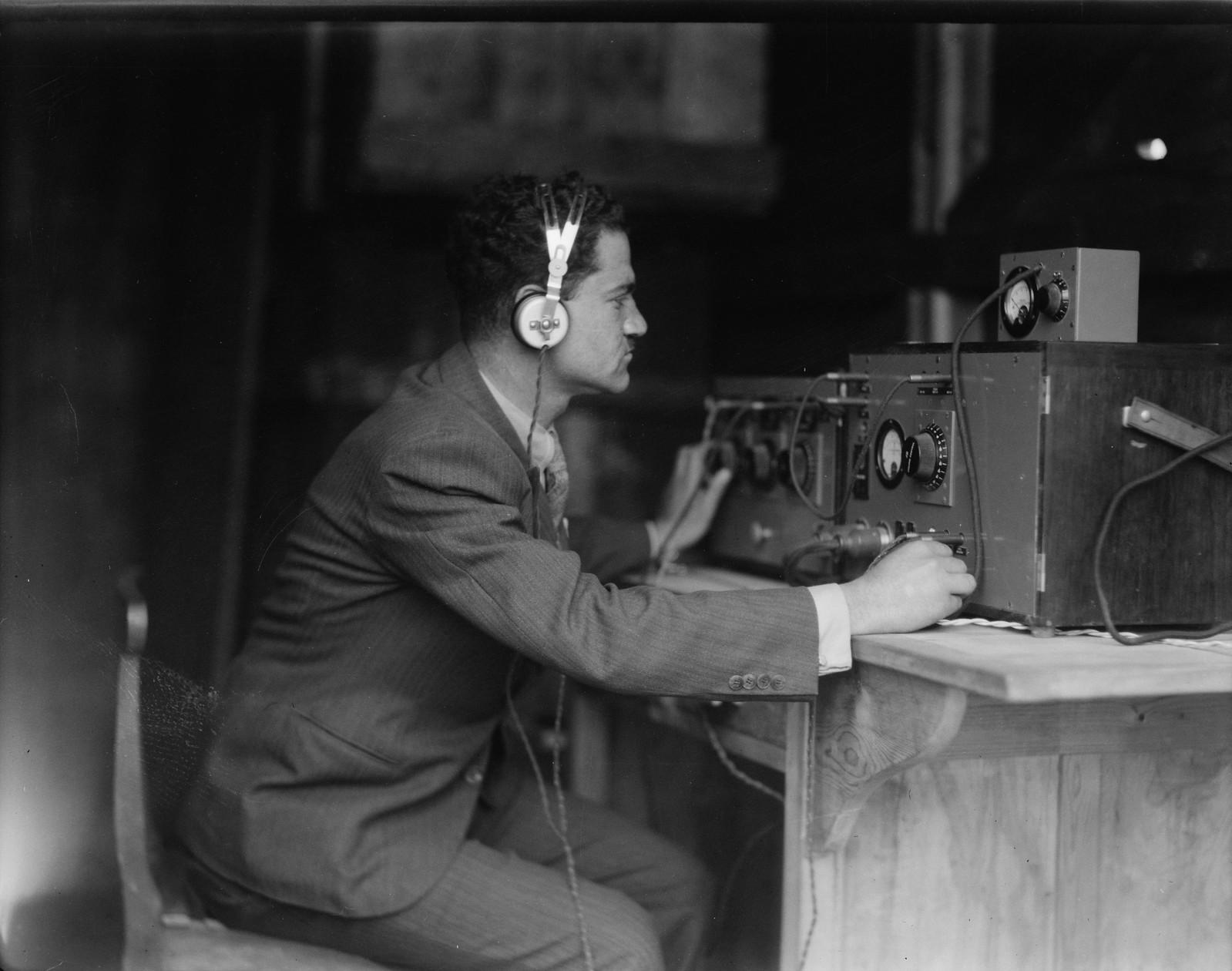 14. Радиоинженер Моше Рубин ведет специальную передачу во время открытия Палестинской радиовещательной службы, Рамалла, 30 марта