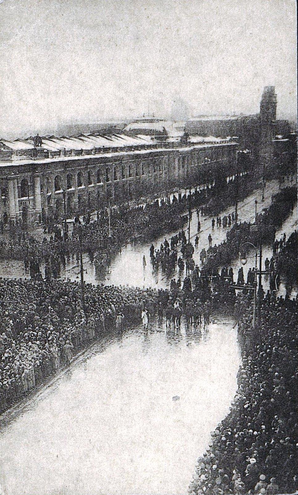 23. 23 марта . День похорон жертв революции. Процессия на Невском проспекте в Петрограде