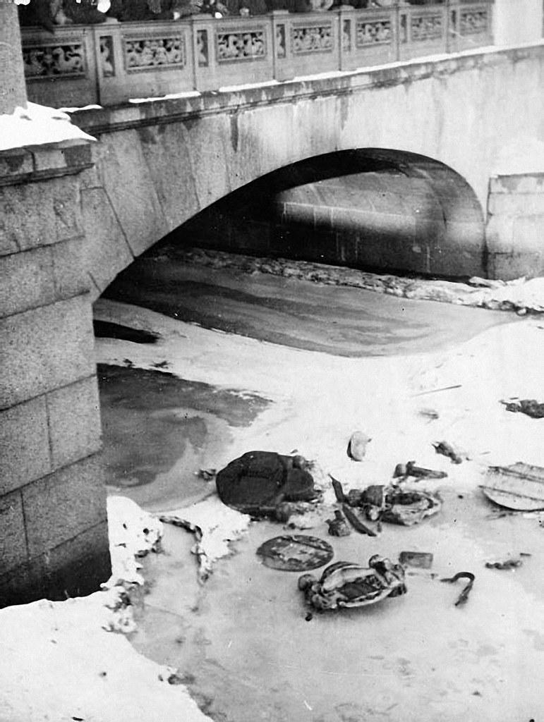 22. 13 марта. Царские эмблемы, выброшенные на лед Фонтанки, Петроград,