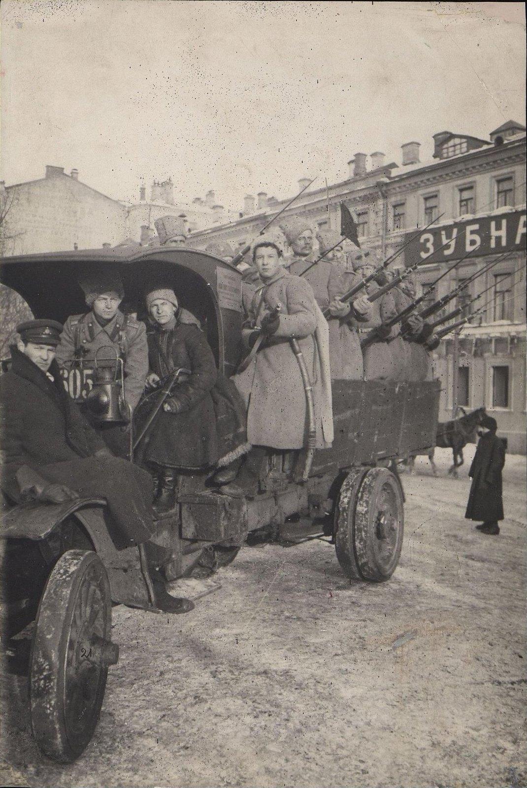 10. Март. Грузовик с солдатами (солдаты, перешедшие на сторону революции). Москва.