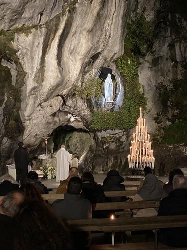 Celebración de la misa en el Santuario de Lourdes por la nocha