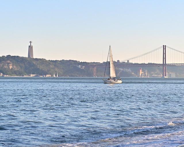 Barco al atardecer por el rio Tajo