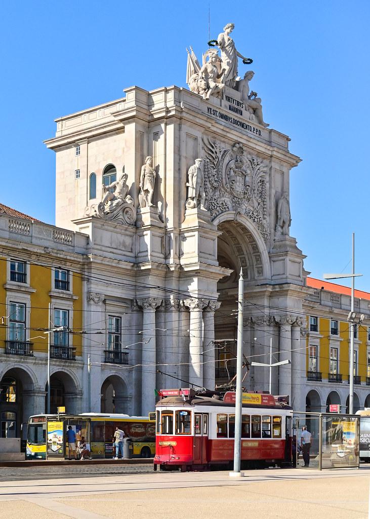 Arco da Augusta en la Plaza del Comercio en Lisboa