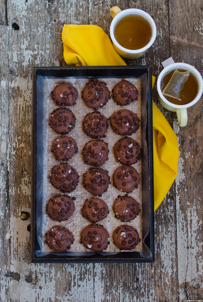 biscotti morbidi al cioccolato e fiocchi di sale