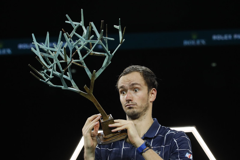 Daniil Medvedev捧起巴黎大師賽冠軍獎盃。(達志影像)