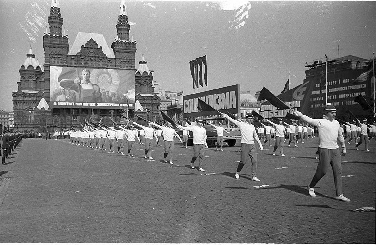 1972. Физкультурники на первомайском параде. Красная площадь. 1 мая.1