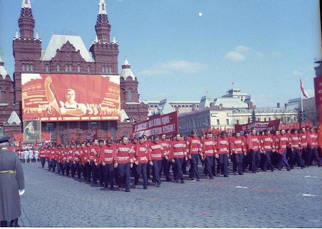 1972. Физкультурники на первомайском параде. Красная площадь. 1 мая.