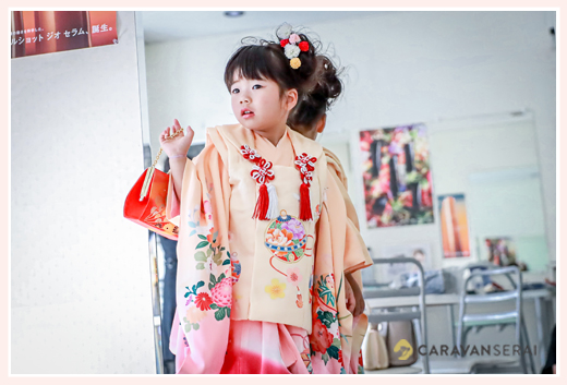 3才の女の子の七五三 オレンジと赤のお着物と被布が衣装