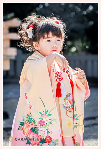 3才の女の子の七五三 ヘアスタイルと衣装 おどけた表情