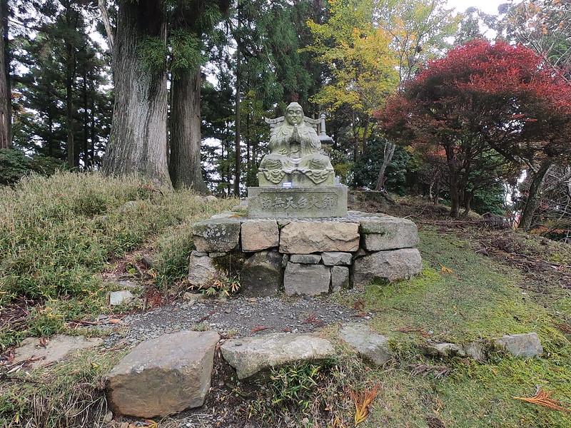 IMG_20201108_105147_GPH7_1839_GOPR1839 虚空蔵尾のもっとも高い場所から根本中堂を見守っている天台大師(智者大師)智顗の石像