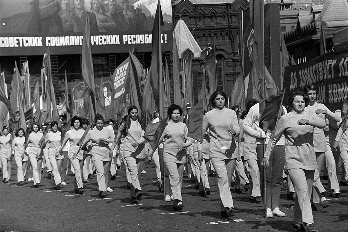 1972. Физкультурники на первомайском параде. Красная площадь. 1 мая.2