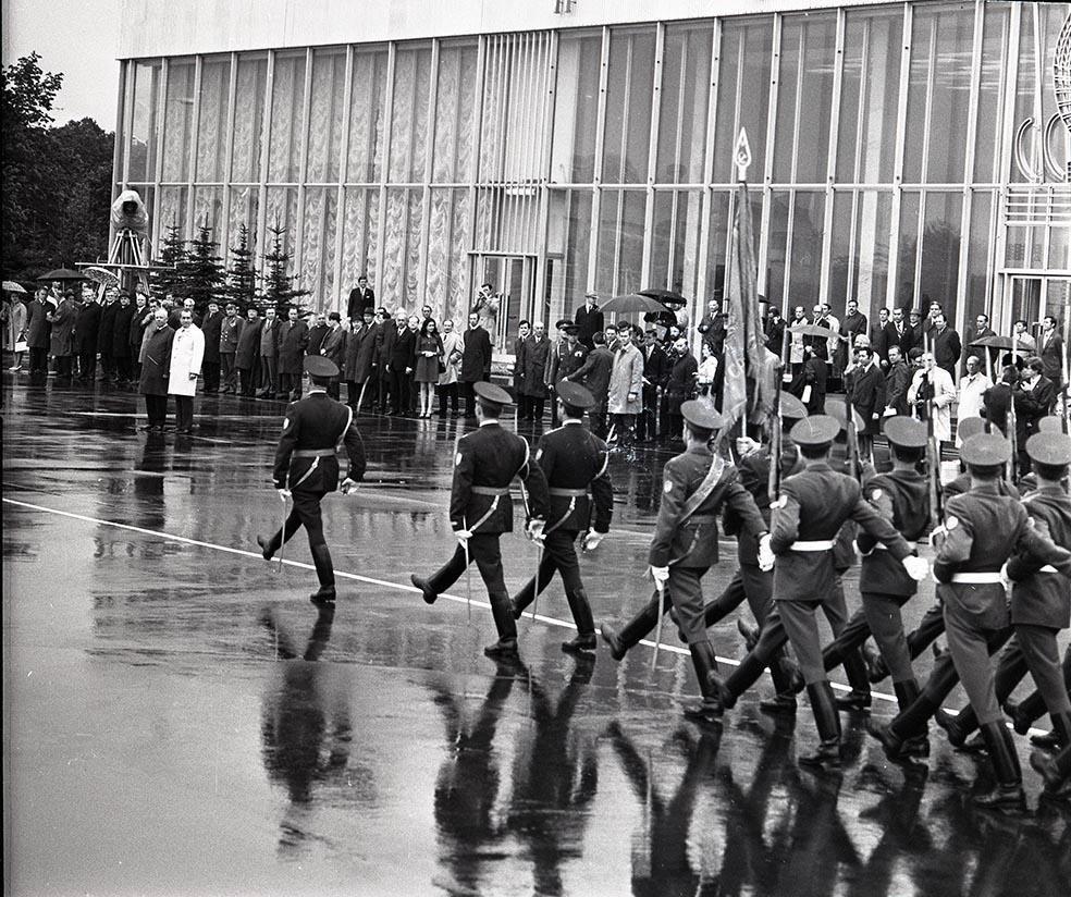 1972. Проводы Никсона. Рота почетного караула проходит торжественным маршем перед Р. Никсоном и Н.В. Подгорным. Аэродром «Внуково». 30 мая