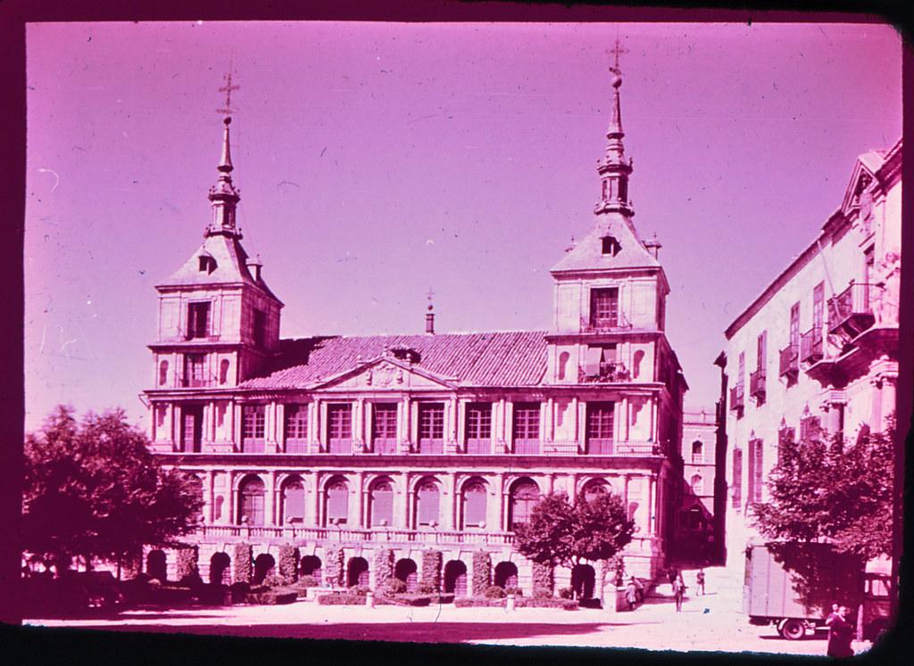 Ayuntamiento de Toledo hacia 1965. Diapositiva incluida en el Librofilm Aguilar dedicado a la ciudad en ese año. Colección personal de Eduardo Sánchez Butragueño.
