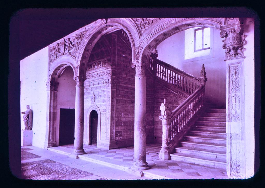 Escalera del Hospital de santa Cruz en Toledo hacia 1965. Diapositiva incluida en el Librofilm Aguilar dedicado a la ciudad en ese año. Colección personal de Eduardo Sánchez Butragueño.