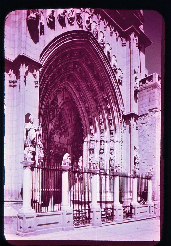 Puerta de los Leones de la Catedral de Toledo hacia 1965. Diapositiva incluida en el Librofilm Aguilar dedicado a la ciudad en ese año. Colección personal de Eduardo Sánchez Butragueño.