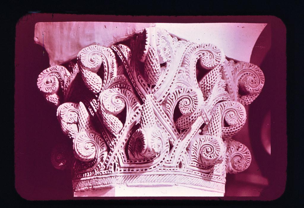 Capitel en la Sinagoga de Santa María la Blanca de Toledo hacia 1965. Diapositiva incluida en el Librofilm Aguilar dedicado a la ciudad en ese año. Colección personal de Eduardo Sánchez Butragueño.