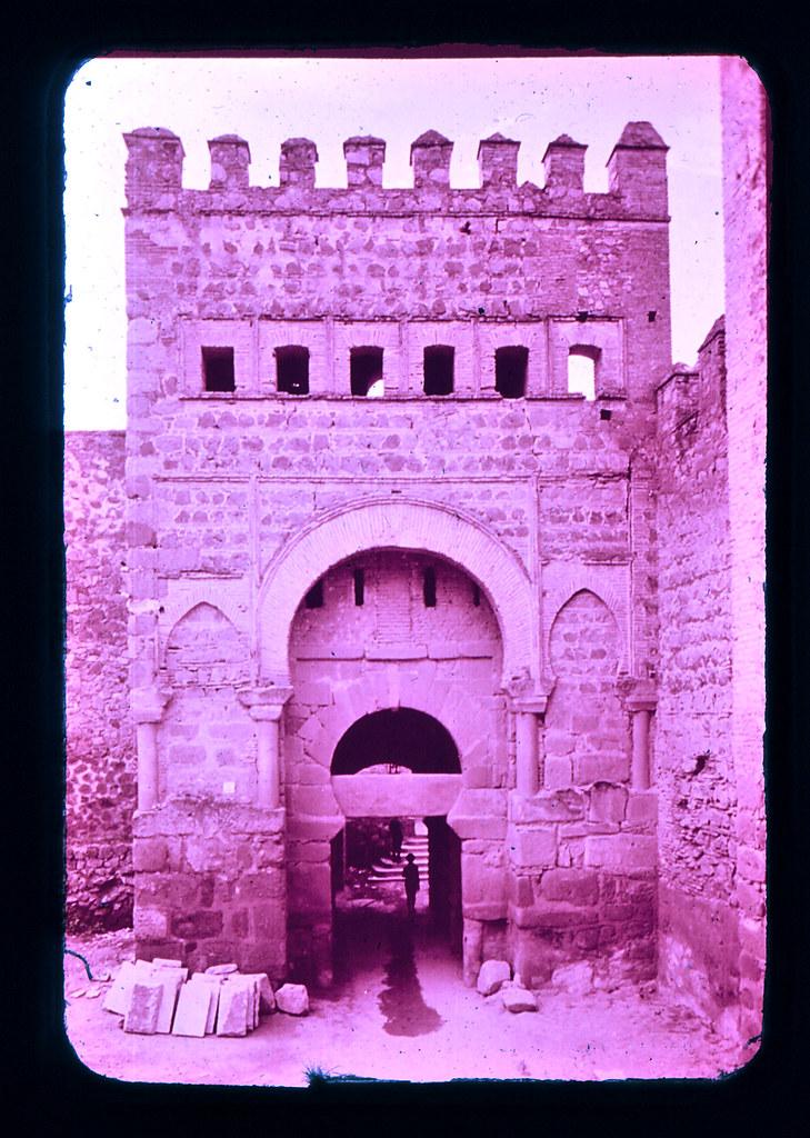 Puerta Vieja de Bisagra (o de Alfonso VI) en Toledo hacia 1965. Diapositiva incluida en el Librofilm Aguilar dedicado a la ciudad en ese año. Colección personal de Eduardo Sánchez Butragueño.