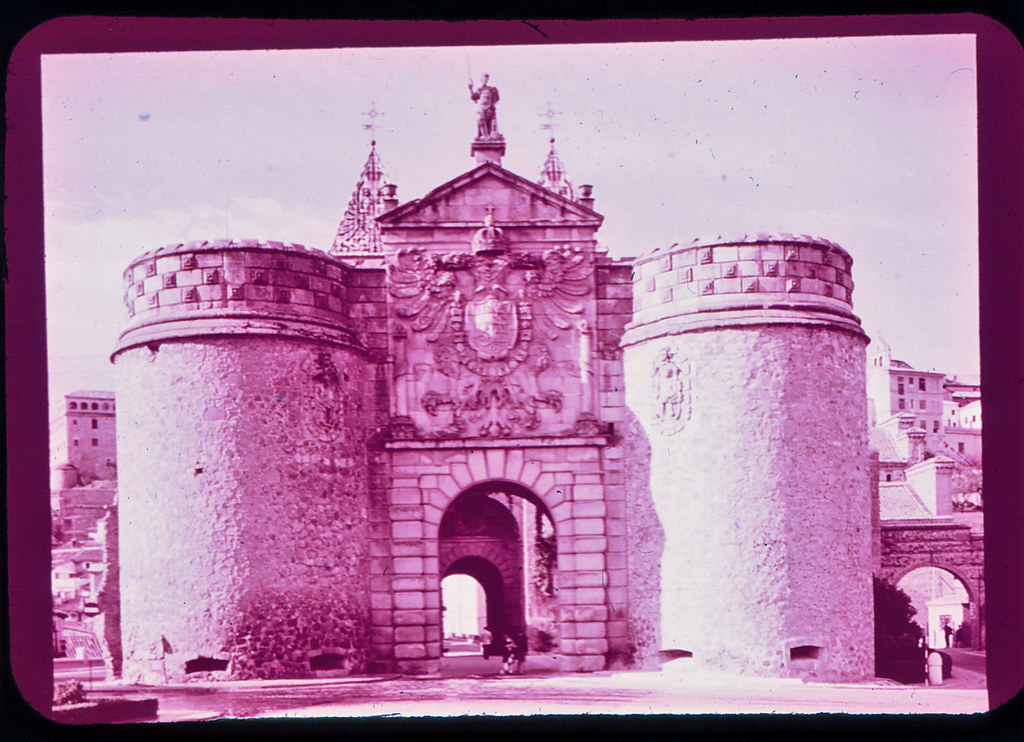 Puerta de Bisagra en Toledo hacia 1965. Diapositiva incluida en el Librofilm Aguilar dedicado a la ciudad en ese año. Colección personal de Eduardo Sánchez Butragueño.