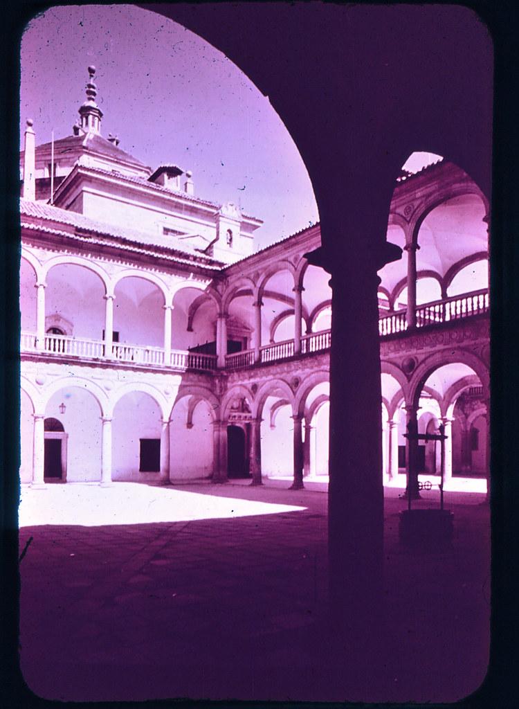 Hospital Tavera en Toledo hacia 1965. Diapositiva incluida en el Librofilm Aguilar dedicado a la ciudad en ese año. Colección personal de Eduardo Sánchez Butragueño.