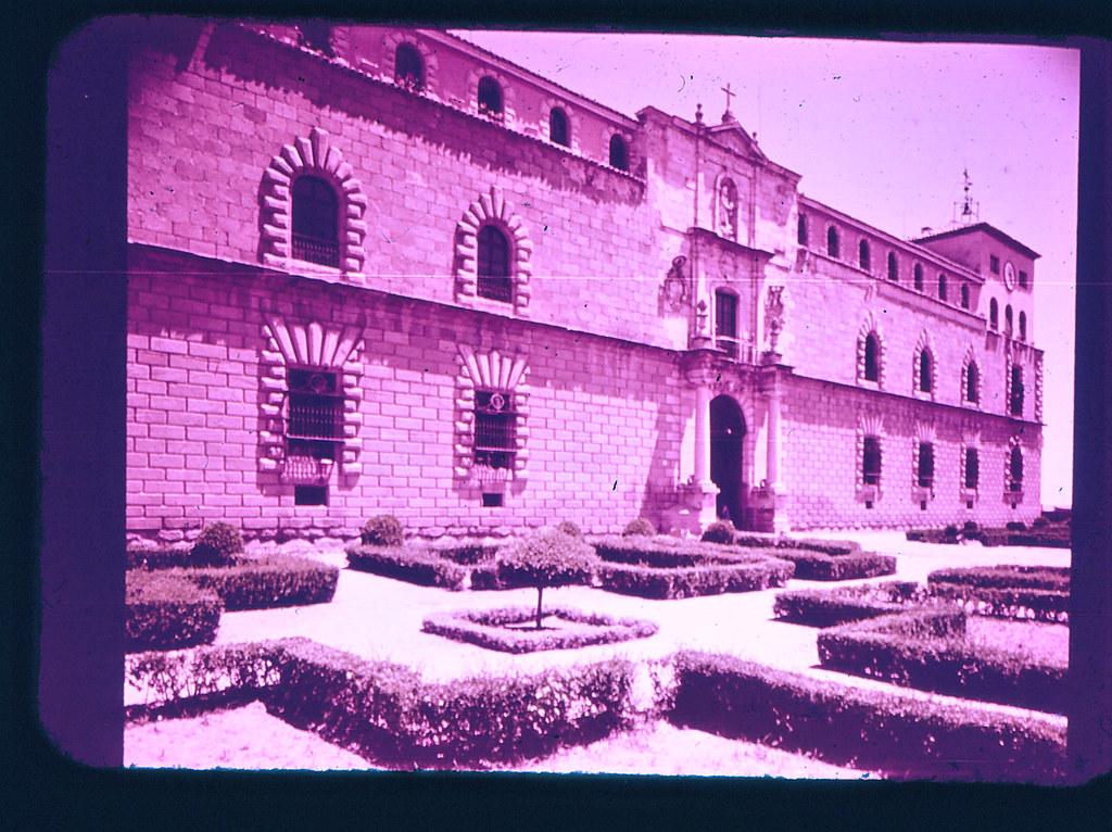 Hospital Tavera de Toledo hacia 1965. Diapositiva incluida en el Librofilm Aguilar dedicado a la ciudad en ese año. Colección personal de Eduardo Sánchez Butragueño.
