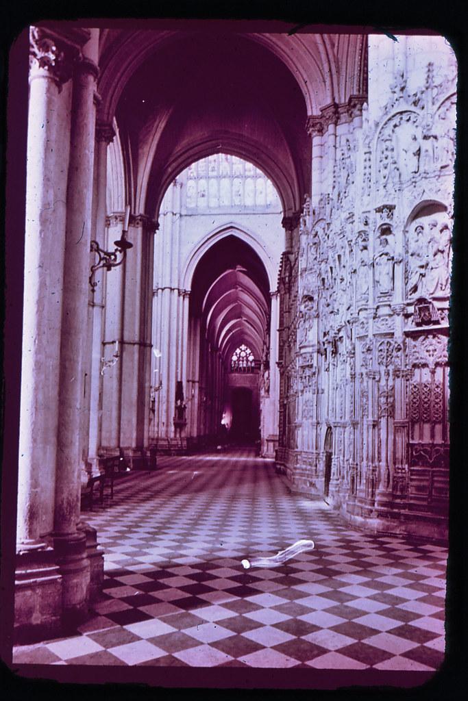 Interior de la Catedral de Toledo hacia 1965. Diapositiva incluida en el Librofilm Aguilar dedicado a la ciudad en ese año. Colección personal de Eduardo Sánchez Butragueño.