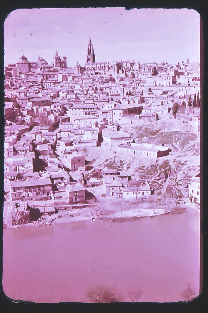 Toledo hacia 1965. Diapositiva incluida en el Librofilm Aguilar dedicado a la ciudad en ese año. Colección personal de Eduardo Sánchez Butragueño.